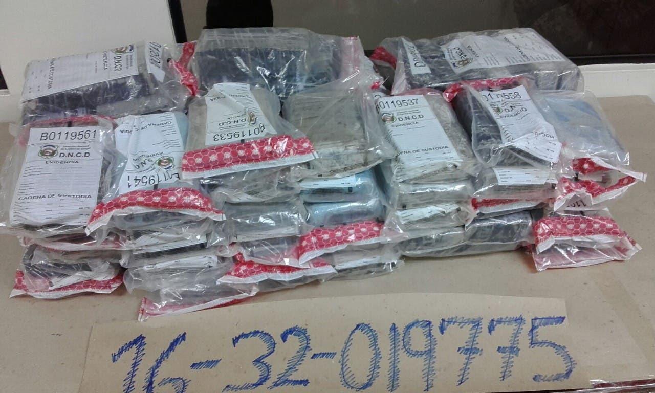 DNCD decomisa 103 paquetes de droga y apresa cuatro personas