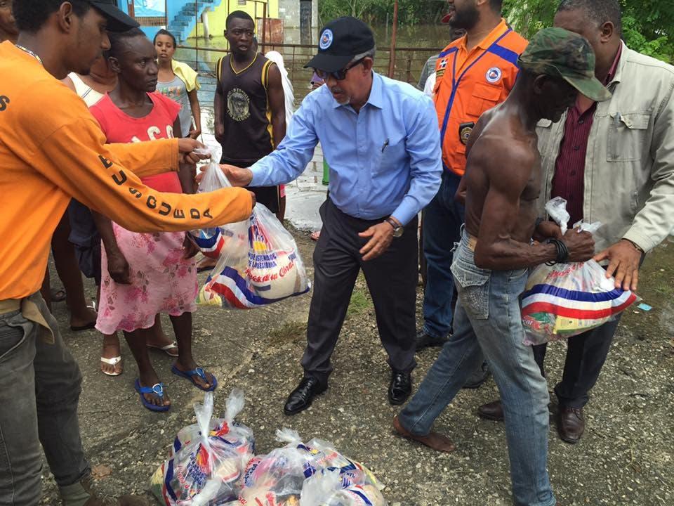 Gobernador provincia Santo Domingo entrega raciones alimenticias