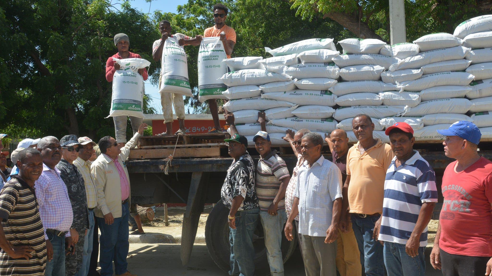IAD entrega mil quintales de abono a campesinos de Vicente Noble
