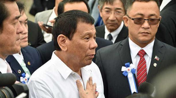 El presidente filipino dice que arrojó a un secuestrador desde un helicóptero