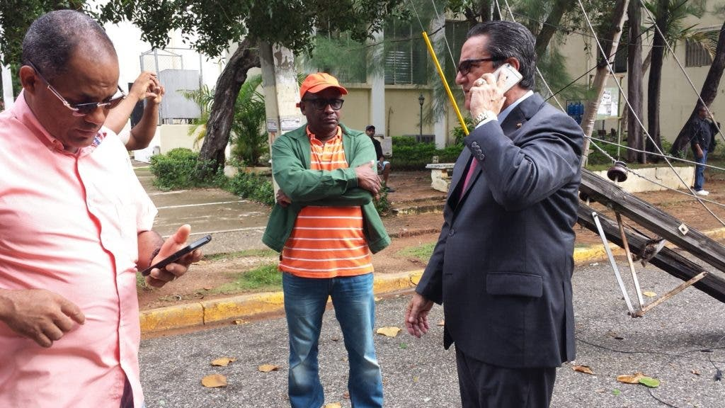 El rector de la UASD, Iván Grullón  Fernández, junto a funcionarios de la institución y de EDESUR evalúan los daños
