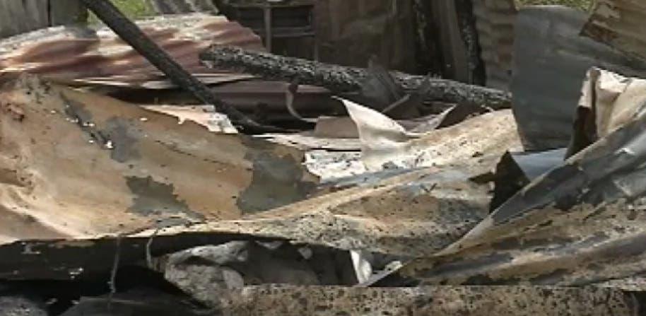 Video: Incendian la casa de mujer acusada de matar niña de siete años