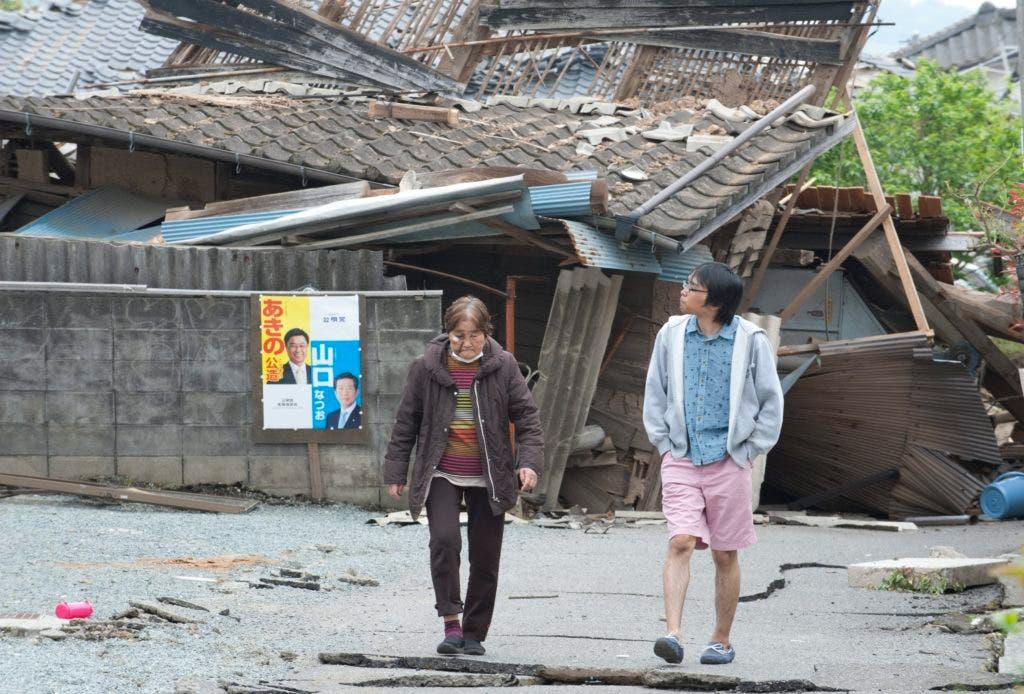 EKB45 MASHIKI (JAPÓN) 18/04/2016.- Víctimas revisan los daños en su distrito en Mashiki, en la prefectura japonesa de Kumamoto, hoy, 18 de abril de 2016. Las autoridades niponas intensificaron hoy las operaciones de búsqueda y rescate en el suroeste de Japón, antes de que se cumplan 72 horas después del último y más fuerte de los terremotos que han dejado al menos 42 muertos y 9 desaparecidos. Dos poderosos seísmos, los más dañinos en Japón desde el que generó el devastador tsunami del 11 marzo de 2011, azotaron el jueves y la madrugada del sábado el oeste de la isla suroccidental Kyushu, el último de los cuales alcanzó los 7,3 grados de magnitud en la escala abierta de Richter. EFE/Everett Kennedy Brown