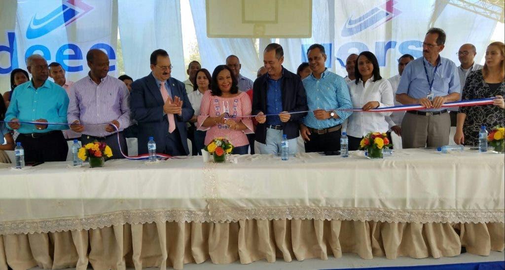 La Unidad de Electrificación Rural y Suburbana UERS lleva luz a varias comunidades en Hato Mayor.