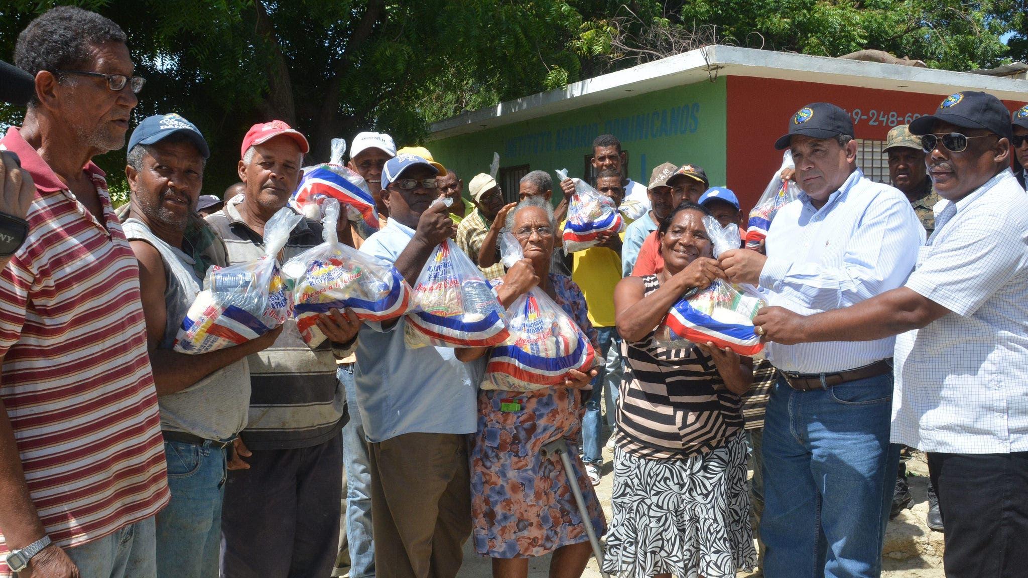 Parceleros Vicente Noble reciben alimentos, tras el huracán Matthew