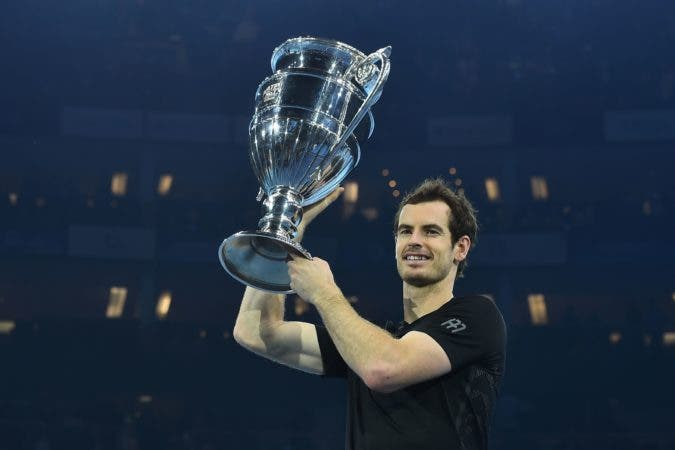TOPSHOT - Britain's Andy Murray poses holding the ATP World Number One trophy after winning the men's singles final against Serbia's Novak Djokovic on the eighth and final day of the ATP World Tour Finals tennis tournament in London on November 20, 2016. / AFP / Glyn KIRK