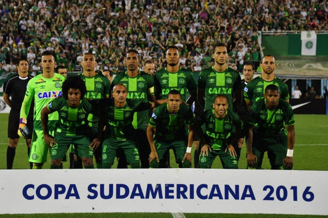 (FILES) This file photo taken on November 24, 2016 shows Brazil's Chapecoense players posing for pictures during their 2016 Copa Sudamericana semifinal second leg football match against Argentina's San Lorenzo  held at Arena Conda stadium, in Chapeco, Brazil. A plane carrying 81 people, including members of a Brazilian football team, crashed late on November 29, 2016 near the Colombian city of Medellin, officials said. The airport that serves Medellin said that among the 72 passengers and nine crew were members of Chapecoense Real, a Brazilian football club that was supposed to play against Colombia's Atletico Nacional Wednesday in the South American Cup finals.    / AFP / NELSON ALMEIDA