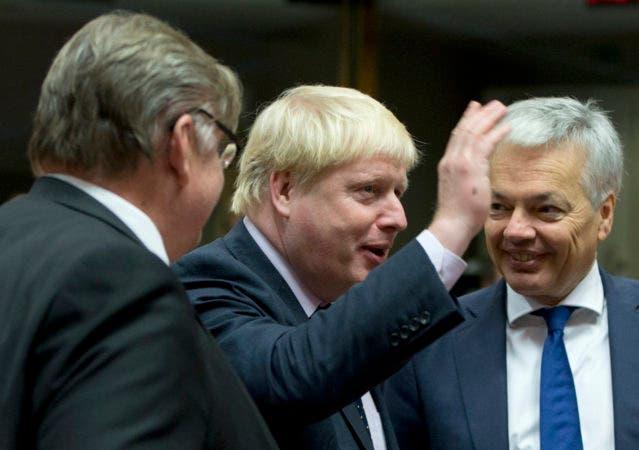El secretario británico de Exteriores, Boris Johnson, en el centro, habla con el ministro belga de Exteriores,  Didier Reynders, a la derecha, y el ministro finlandés de Exteriores, Timo Juhani Soini, a la izquierda, durante una reunión de ministros de Exteriores de la UE en el edificio del Consejo de la UE en Bruselas, Bélgica, el lunes 14 de noviembre de 2016. (AP Foto/Virginia Mayo)