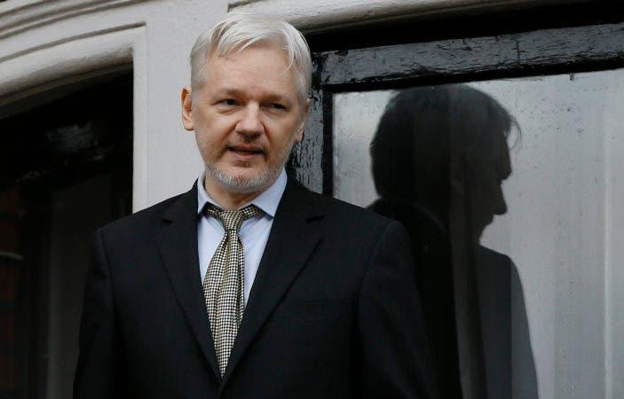 Fotografía de archivo del 5 de febrero de 2016 del fundador de WikiLeaks, Julian Assange, mientras habla en el balcón de la embajada ecuatoriana en Londres. (AP Foto/Kirsty Wigglesworth, Archivo)