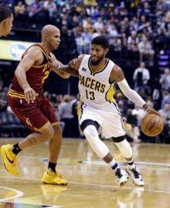 Paul George (13), de los Pacers de Indiana, ataca la defensa de Richard Jefferson (24), de los Cavaliers de Cleveland, en la segunda mitad del juego del miércoles 16 de noviembre de 2016, en Indianápolis. (AP Photo/Michael Conroy)