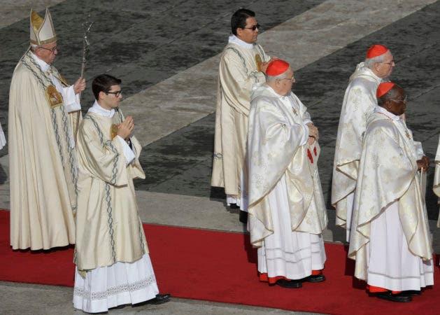El papa Francisco, a la izquierda, llega para una misa con motivo del cierre de la puerta de la Basílica de San Pedro del Vaticano, el domingo 20 de noviembre de 2016. (AP Foto/Gregorio Borgia)