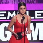 Selena Gomez acepta el premio a artista femenina favorita de pop/rock en los American Music Awards, en el Microsoft Theater, el domingo 20 de noviembre de 2016, en Los Ángeles. (Foto de Matt Sayles/Invision/AP)
