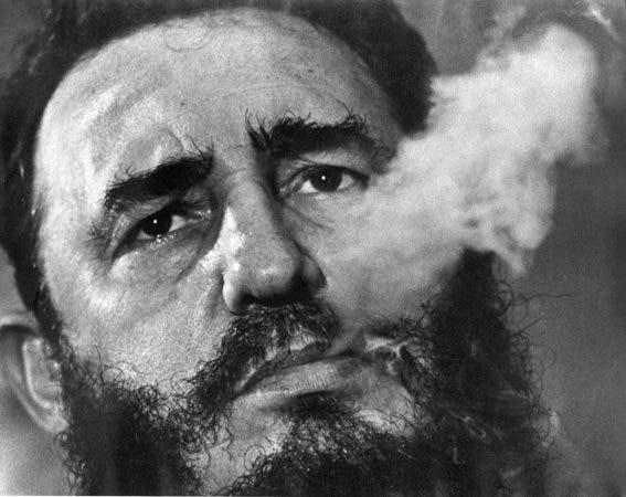 ARCHIVO - En esta foto de marzo de 1985, el presidente cubano Fidel Castro fuma un puro durante una entrevista en La Habana. El presidente actual Raúl Castro anunció el deceso de su hermano Fidel el viernes 25 de noviembre de 2016 (AP Foto/Charles Tasnadi, archivo)