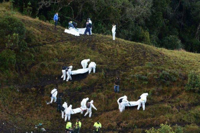 Los cuerpos de rescate se llevan los cuerpos de víctimas en las afueras de Medellín, Colombia el 29 de noviembre del 2016, tras la caída del avión que llevaba al equipo de fútbol Chapecoense de Brasil a Colombia. (AP Photo/Luis Benavides)