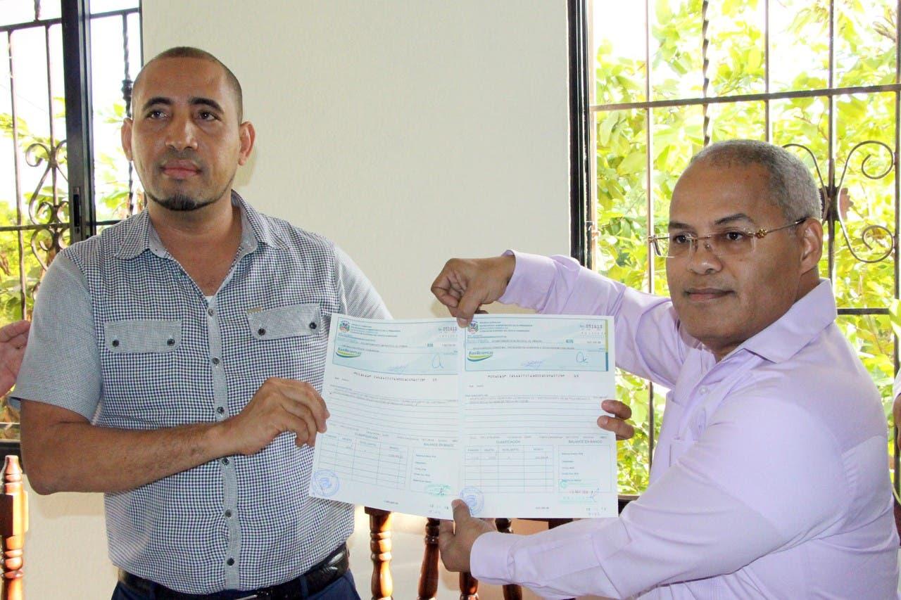 Gobierno entrega más de siete millones de pesos para proyectos en Barahona
