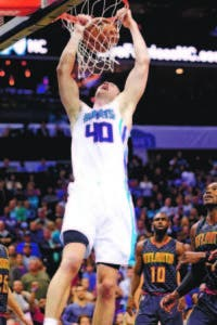 Cody Zeller (40), Hornets, donquea en el choque ante Atlanta