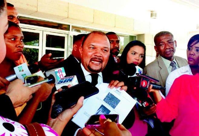 El abogado Plutarco Jáquez protestó frente a la procuraduría la autopsia a Carla Masiel, junto a la madre