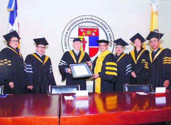 El historiador Frank Moya Pons recibe un reconocimiento