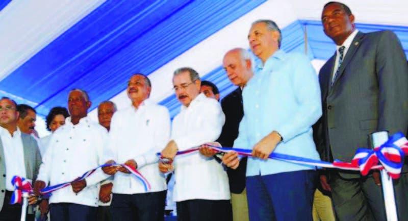 El presidente Danilo Medina corta la cinta en acto de inauguración de rehabilitación de presa Sabana Ye gua