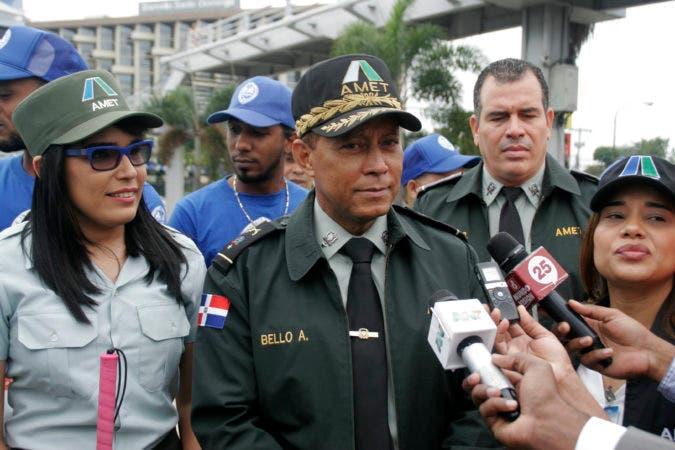 Operativo de las  autoridades de trasporte ANET en la AV: 27 con Máximo Gómez en foto :  El general Frannel Bello Aria jefe de AMET, HOY Duany Nuñez 21-11-2016