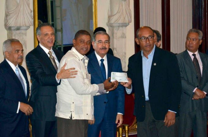 El presidente Danilo Medina encabezó este martes en el palacio Nacional, la entrega del segundo desembolso por un monto de 116 millones de pesos, a las 40 organizaciones económicas rurales beneficiarias del programa para el Desarrollo Económico y Rural (procural) en su denominación procural Centro y Este Hoy Félix de la Cruz 23/11/2016