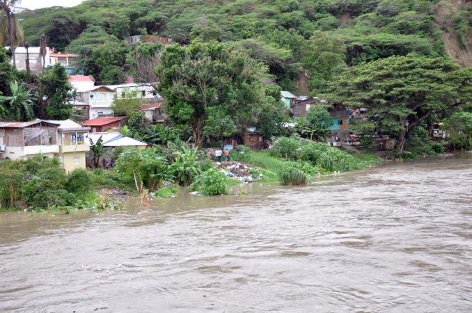 SANTIAGO.- Residentes de sectores del bajo Yaque mueven sus ajuares ante el llamado obligatorio de las autoridades por la crecida del rio.    HOY     Rafael Vargas Molina