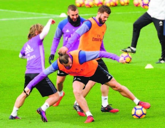 Karim Benzema, quien se recupera de una lesión golpea el balón y jugará con el Real Madrid en el derbi