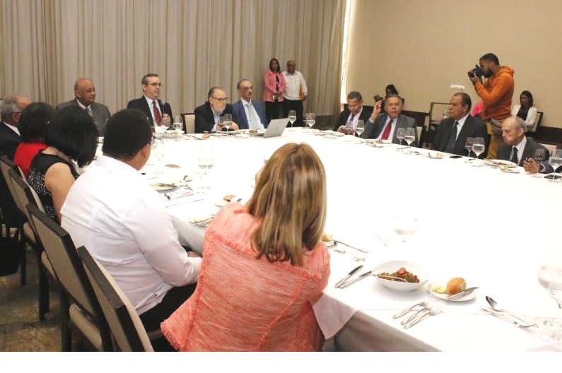 Luis Abinader durante la presentación a ejecutivos de medios de comunicación/Foto: Fuente externa.