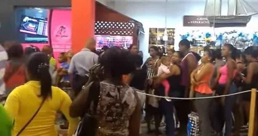 Desde tempranos horas, las mujeres acudieron a las tiendas de pelo para aprovechar las ofertas.