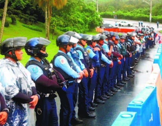 Policías hacen barrera contra manifestantes en Fajardo, Puerto Rico