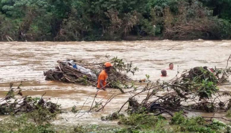 Defensa Civil rescata cadáver de niño arrastrado por río Soco en San Pedro de Macorís