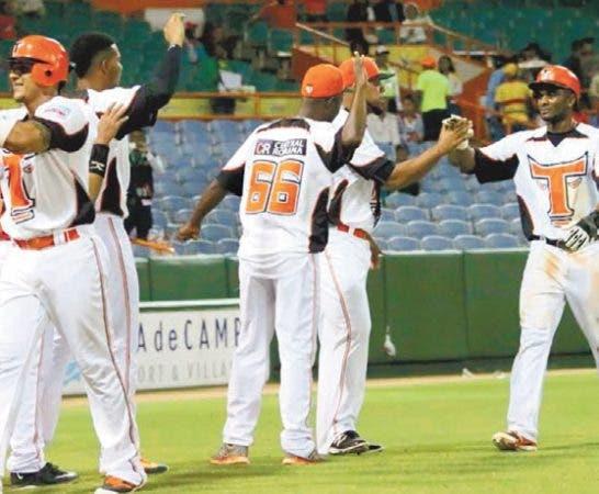 Cubano Roenis Elías y Águilas doman a Tigres en liga dominicana