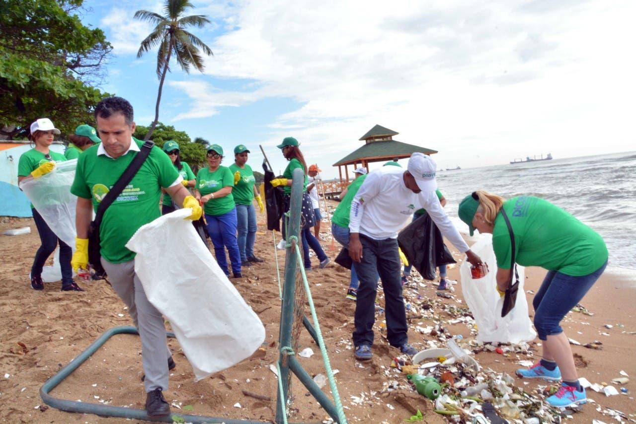 Empleados del MIC retiran desechos en playa Guibia