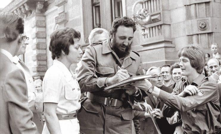 Fidel Castro firma autógrafos durante una visita a Berlín Oriental en 1972, en la esta foto de archivo. AP