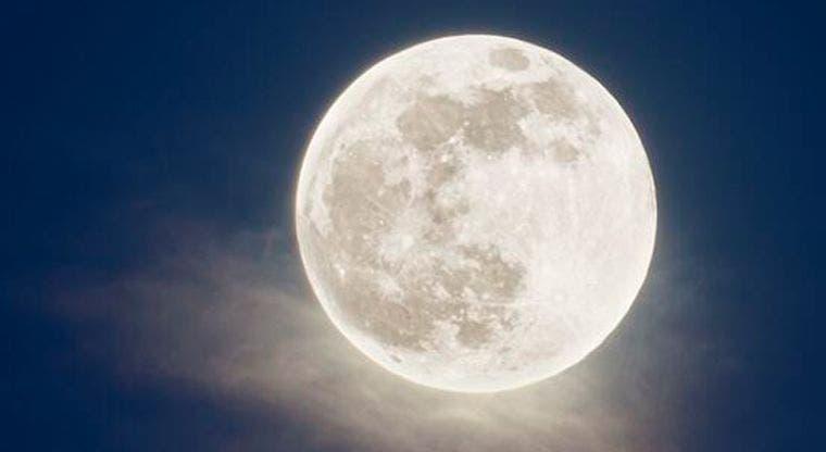 La superluna ilumina el cielo desde hoy por la mañana
