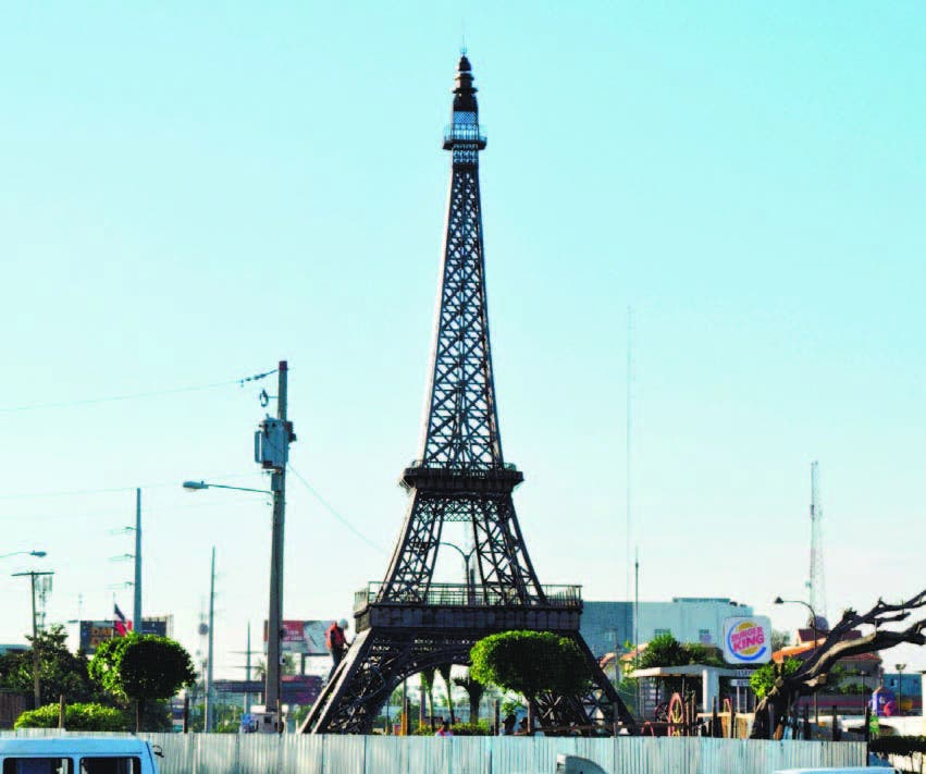 Ni el autor de réplica Torre Eiffel está de acuerdo con obra cercana a Plaza de la Bandera