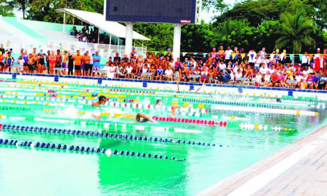"""Más de 447 nadadores se gradúan de """"ya sé nadar"""""""