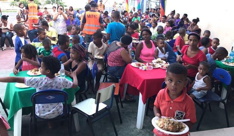 Obras Públicas realiza jornada de limpieza y cenas navideñas en 16 barrios de la Capital