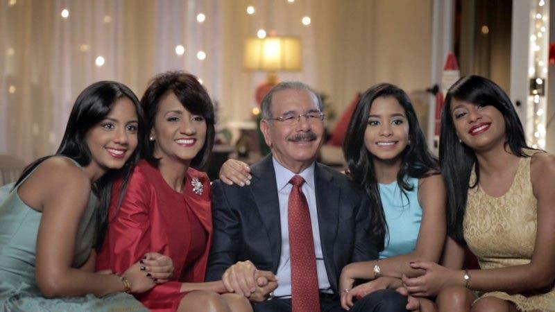 El presidente Danilo Medina junto a su esposa, Cándida Montilla de Medina, y sus tres hijas.