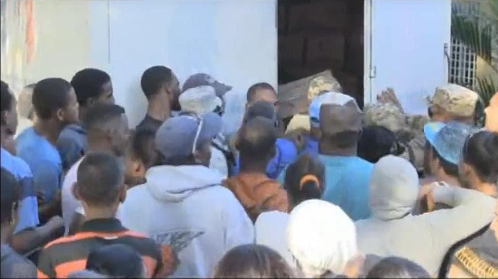 Desorden y empujones caracterizan entrega de cajas navideñas en Azua