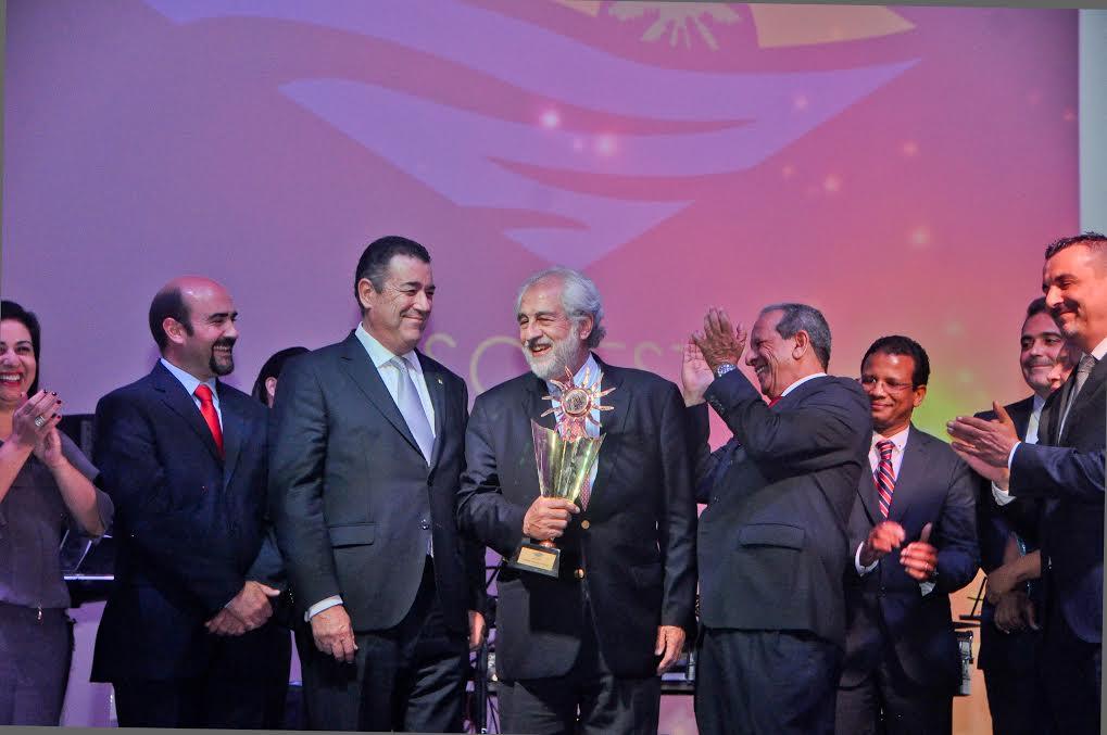 Hoteleros de Bávaro escogen a González Bunster como empresario del año