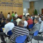 Decenas de personas de diferentes instituciones han abarrotado en los últimos días la Oficina de Evaluación y Fiscalización del Patrimonio de los Funcionarios Públicos de la Cámara de Cuentas de la República Dominicana (CCRD), para presentar su declaración jurada de bienes. Periódico HOY / Osi Méndez / 30-11-16