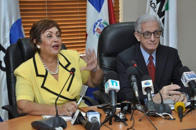 El pais.Directora de la DIDA Nercida Marmolejos, Tesorero de la Seguridad Social  Henry Sahdalá, en rueda de prensa.