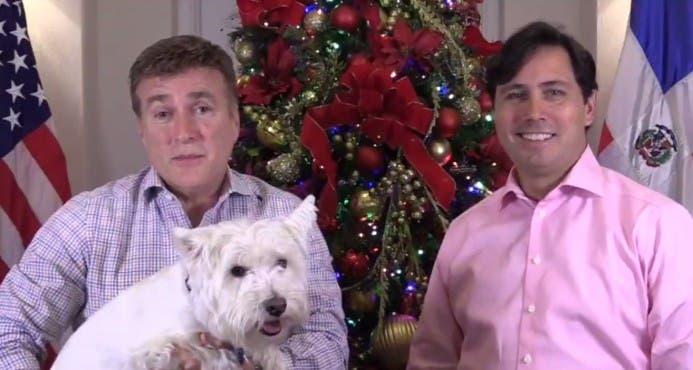 Video: embajador James Brewster y su esposo envían mensaje de navidad