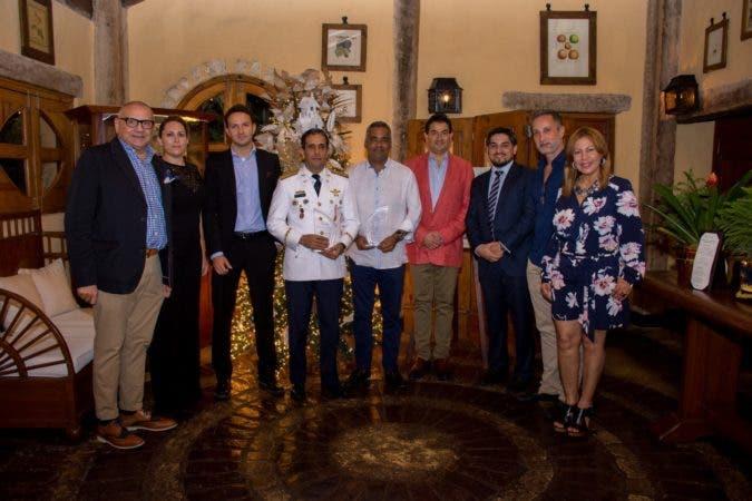 La  entrega  de  reconocimiento  la  hizo Daniel  Hernández,  presidente  de  la  Asociación,  a  los  señores  Joel Santos, Presidente de ASONAHORES, y Juan Carlos Torres Robiou, Director General de CESTUR.