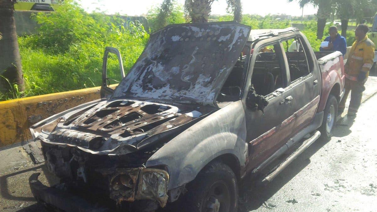 Se incendia camioneta en Autopista Las Américas; no hay heridos