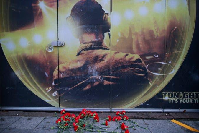En la imagen, flores recuerdan a las víctimas del ataque a un club nocturno en Año Nuevo el exterior del recinto, en Estambul, el 1 de enero de 2017. Un atacante, se cree que disfrazado de Papá Noel, mató a por lo menos 39 personas y dejó casi 70 heridos. (AP Foto/Emrah Gurel)
