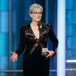 En esta imagen difundida por NBC, Meryl Streep recibe el Premio Cecil B. DeMille a la trayectoria durante la ceremonia de los Globos de Oro, el domingo 8 de enero del 2017 en Beverly Hills, California. (Paul Drinkwater/NBC vía AP)