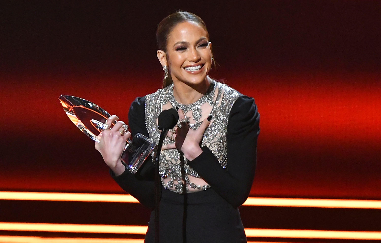 Jennifer López recibe el premio a la actriz favorita en una serie de drama policial