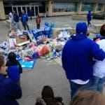 Un grupo de fanáticos de los Reales de Kansas City rinde homenaje ante un altar improvisado el domingo 22 de enero de 2017, día en que falleció el lanzador dominicano Yordano Ventura (AP Foto/Orlin Wagner)